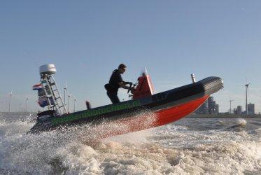 Rob Ubels in actie op een van zijn RIB boten - Waddenribtochten