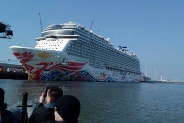 Cruiseschip van dichtbij - Eemshaven Groningen